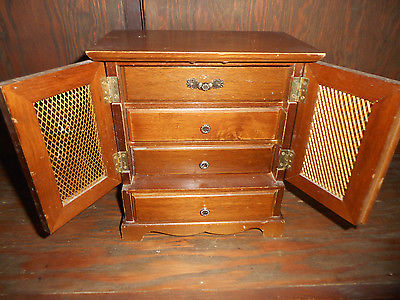 VINTAGE WOOD JEWELRY MUSIC BOX DOLL HOUSE FURNITURE 4 DRAWERS GOLDMESH DOORS G+C