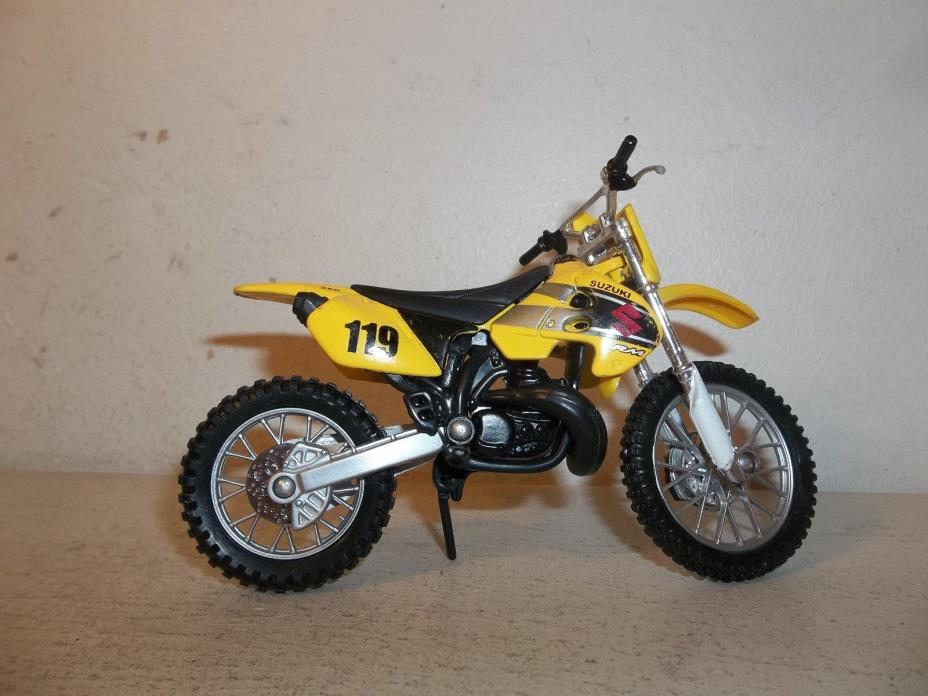 2010 MAISTO 2 WHEELERS 1/18 SCALE 2002 SUZUKI RM-250 YELLOW  MOTOCROSS