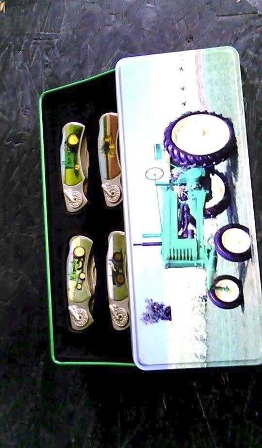 John Deere pocket knife set