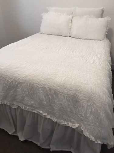 1 POTTERY BARN WHITE RUCHED VOILE FULL/QUEEN DUVET COVER & 2 STANDARD SHAMS