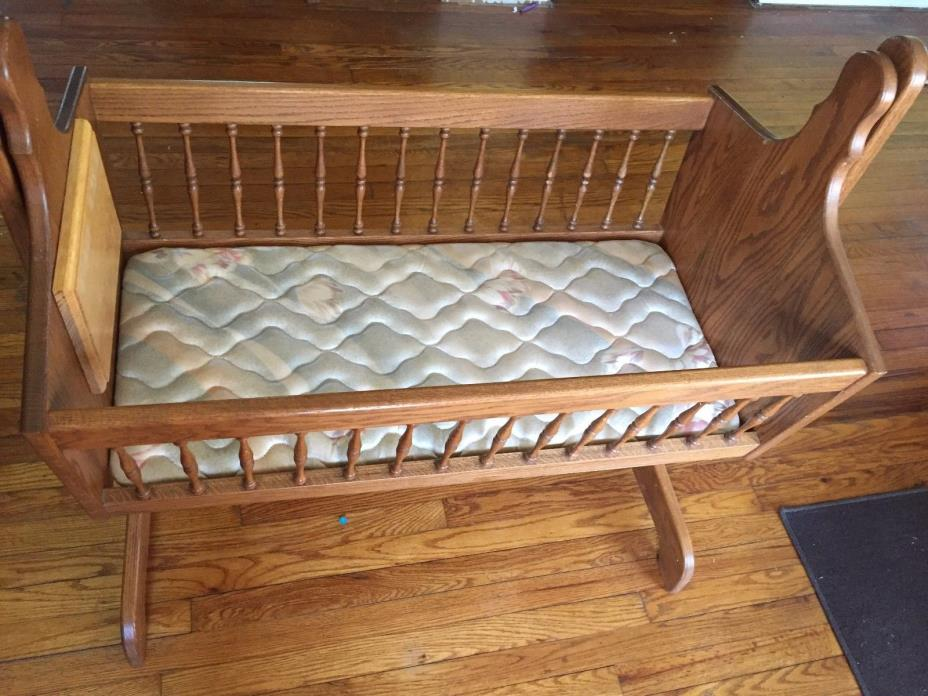 Amish Oak Cradle in excellent condition. It measures 36