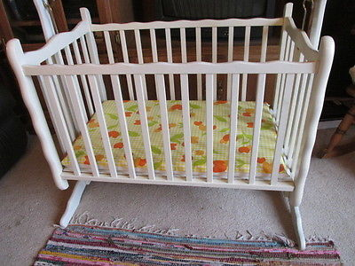 Vintage 1973 Nod-A -Way White Swinging Baby Cradle, Spindle Bassinet Mint Instru