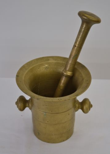 VINTAGE BRASS MORTAR AND PESTLE.
