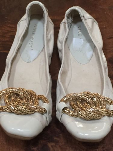 NINE WEST TAN BEIGE BALLET FLATS SIZE 5 UPPER PATENT LEATHER SHOE GOLD CHAIN BOW