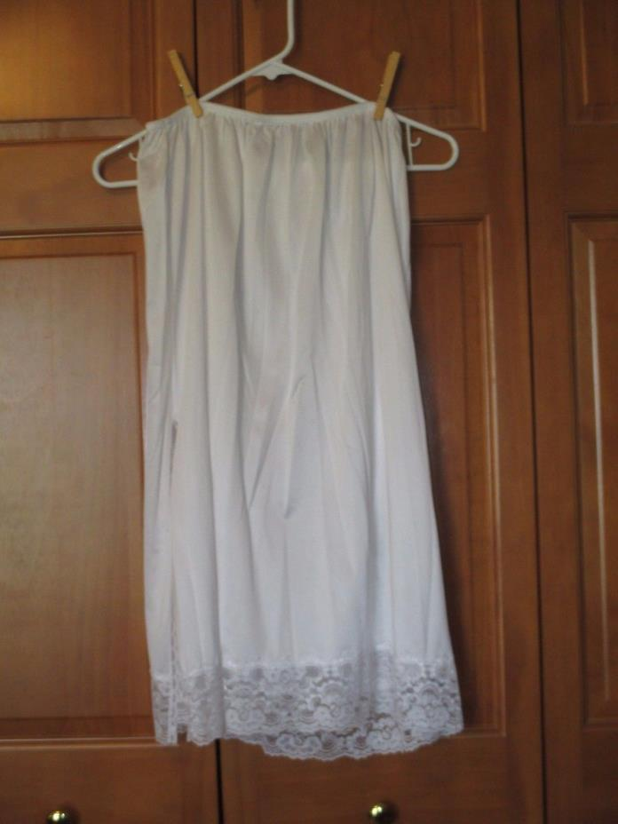 WOMEN'S SEARS BRAND NYLON HALF SLIP WITH LACE AND SIDE SLIT WHITE  SIZE 2 X EUC