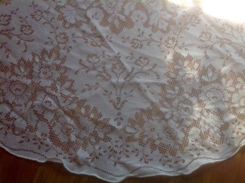BEAUTIFUL VINTAGE white quaker lace round tablecloth~69