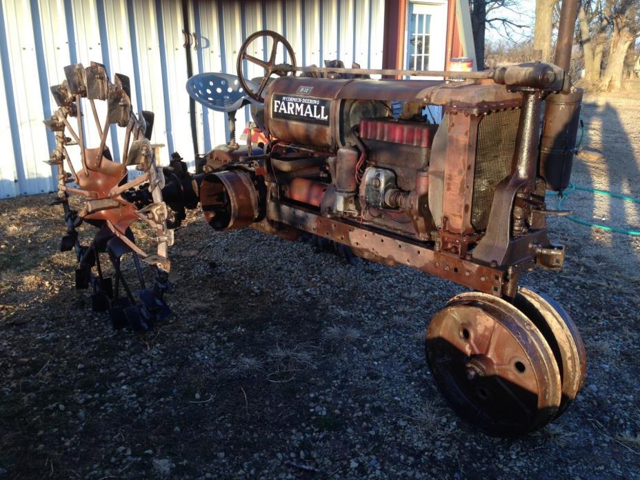 Antique Tractor IH Farmall