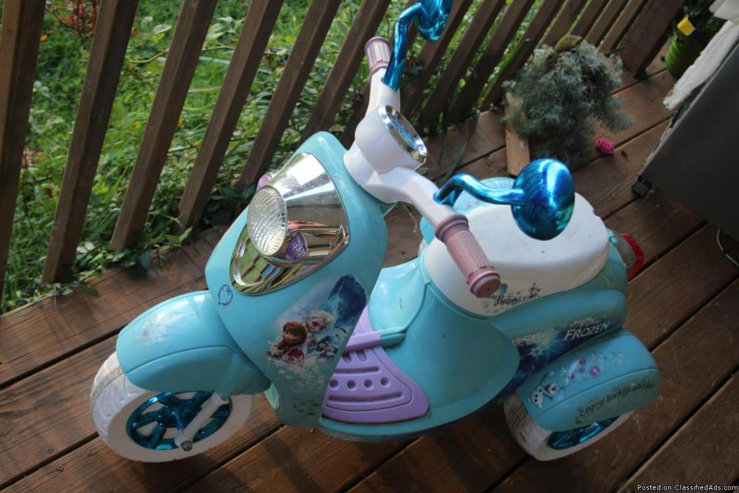 Power Wheels car motorcycle Frozen Theme Great condition