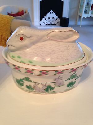 VINTAGE COVERED RABBIT CASSEROLE DISH