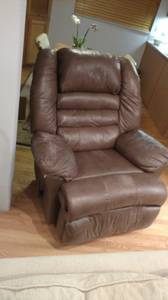 FREE Very Comfortable Recliner (Renton/Fairwood)