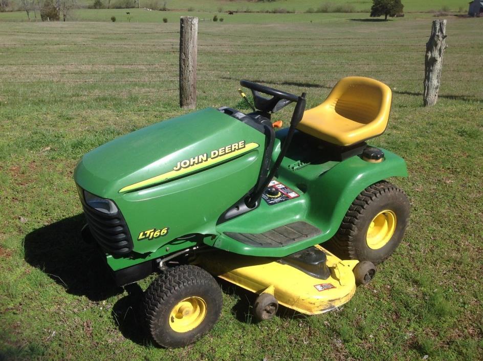 John Deere LT166 Lawn Tractor