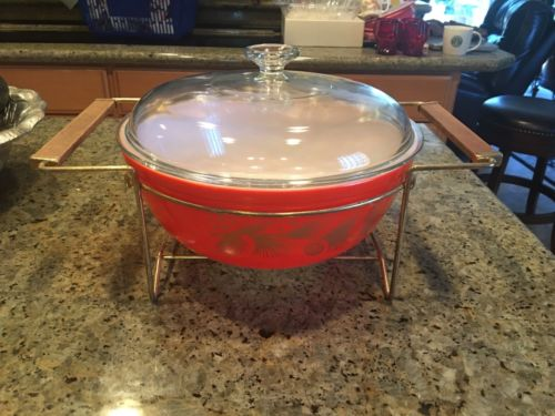 PYREX 4 QT GOLD HOLLY DESIGN BOWL WITH LID AND CRADLE