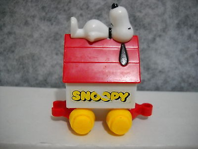 VINTAGE 1966 UNITED FEATURES SYNDICATE SNOOPY / DOG HOUSE YELLOW WHEELS
