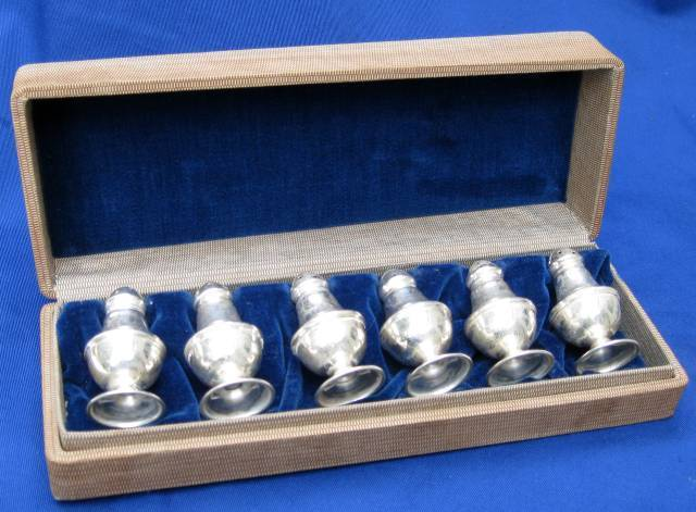 A VINTAGE BOXED SET OF SIX STERLING SILVER FOOTED SALT & PEPPER SHAKERS NO MONOS