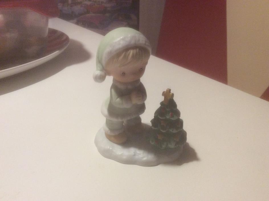 HOMCO FIGURINE BOY AND CHRISTMAS TREE WITH CROSS #5613