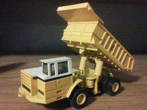 IH 350 Dump Truck - 1/64 - Ertl #1852 -
