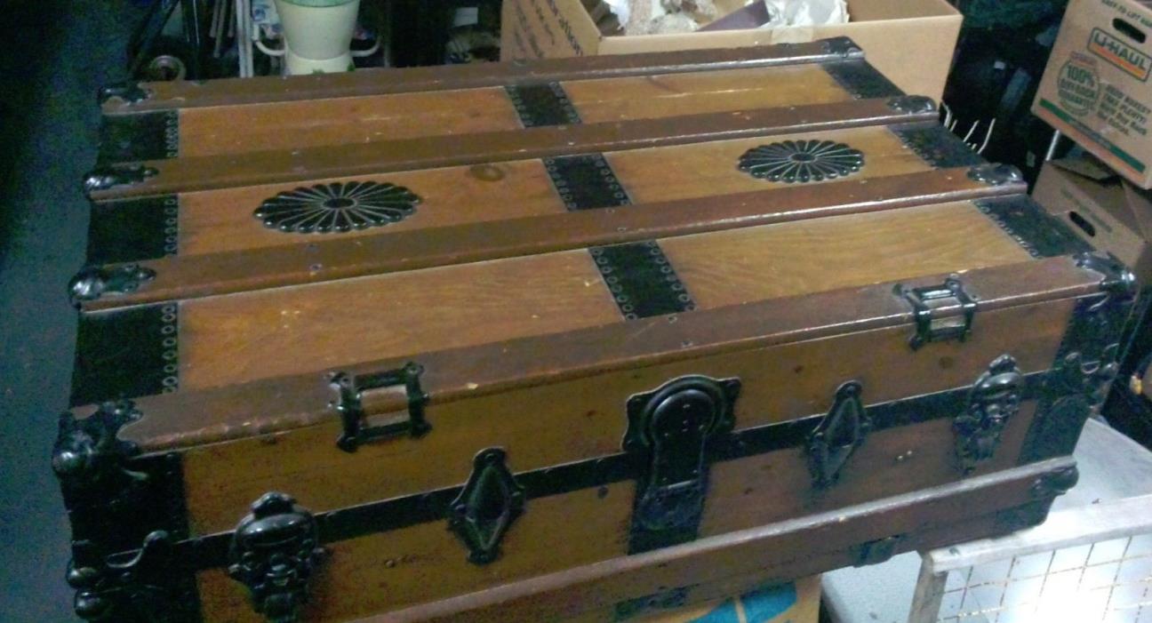 Vintage, Wonderful decorative steamer trunk.