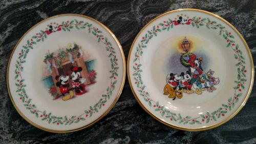 LENOX Disney Christmas Holiday Plate Mickey Carolin' & Mistletoe Pluto Minnie