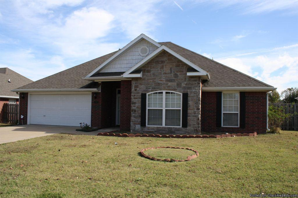Open 3 bedroom, 2 bath Ranch-style home in Springdale. Great location!