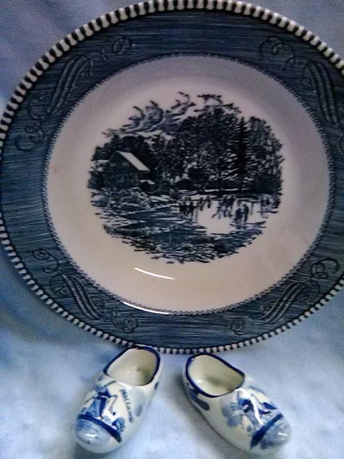 DECORATIVE DISH WITH LITTLE DECORATIVE PORCELAIN SHOES