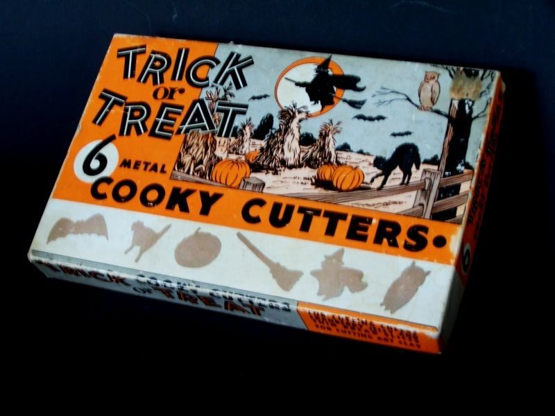 VINTAGE MIB (6) HALLOWEEN WITCH-BROOM-CAT-PUMPKIN-OWL-BAT COOKY CUTTERS