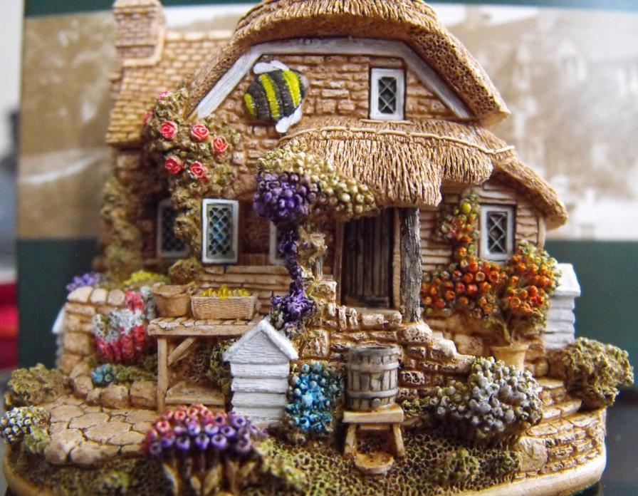 NIB Lilliput Lane Collectible Figurine Cottage House LITTLE BEE L2317 England