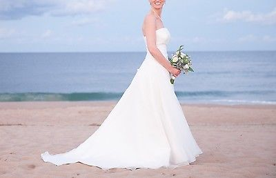 Stunning Bridal Gown – Strapless Floor-length Organza Wedding Dress, Size 6-8