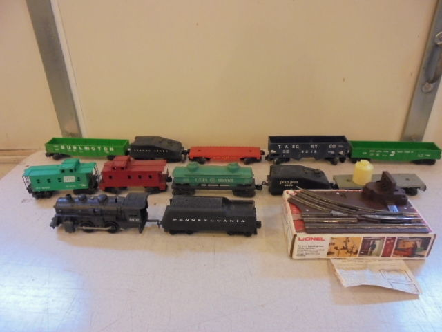 Lot of 12 Vintage Lionel Plastic Electric Train Cars Engine Switch