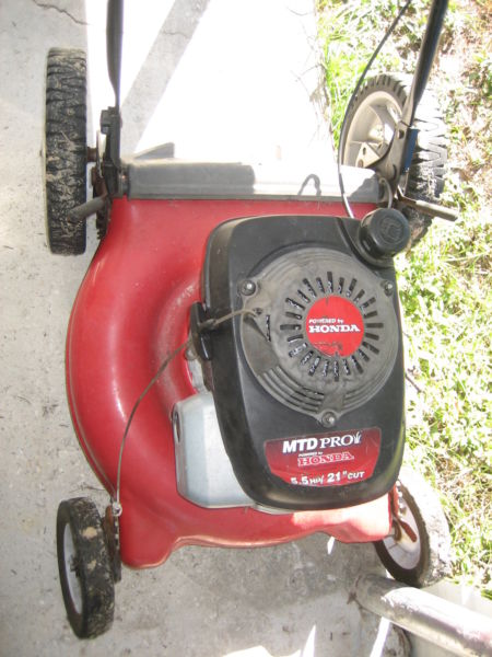 HONDA  LAWN MOWER NEEDS  CARBURATOR  WORK,  $20.00  AS IS