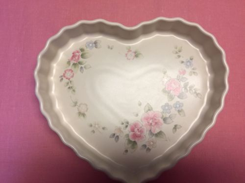NWOT - Pfaltzgraff Tea Rose Heart Shape scalloped edges Quiche Pie Baker 10X9