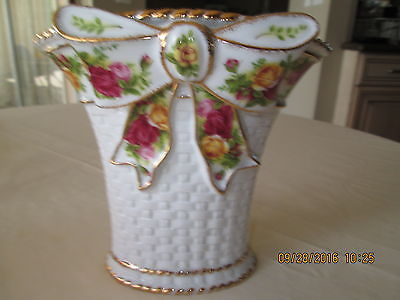 ROYAL ALBERT - OLD COUNTRY ROSES - BASKET WEAVE WITH BOW VASE IN BOX