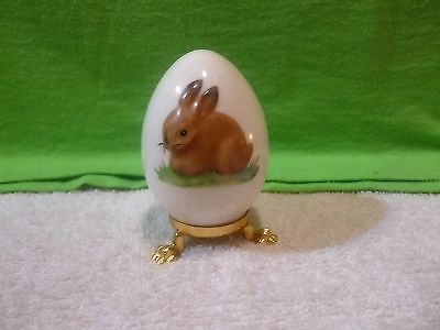 VINTAGE GOEBEL HUMMEL PORCELAIN 1980 BROWN BUNNY ANNUAL EASTER EGG W/ STAND