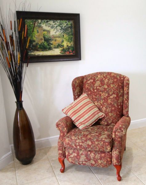 Like new Reclining Accent Chair